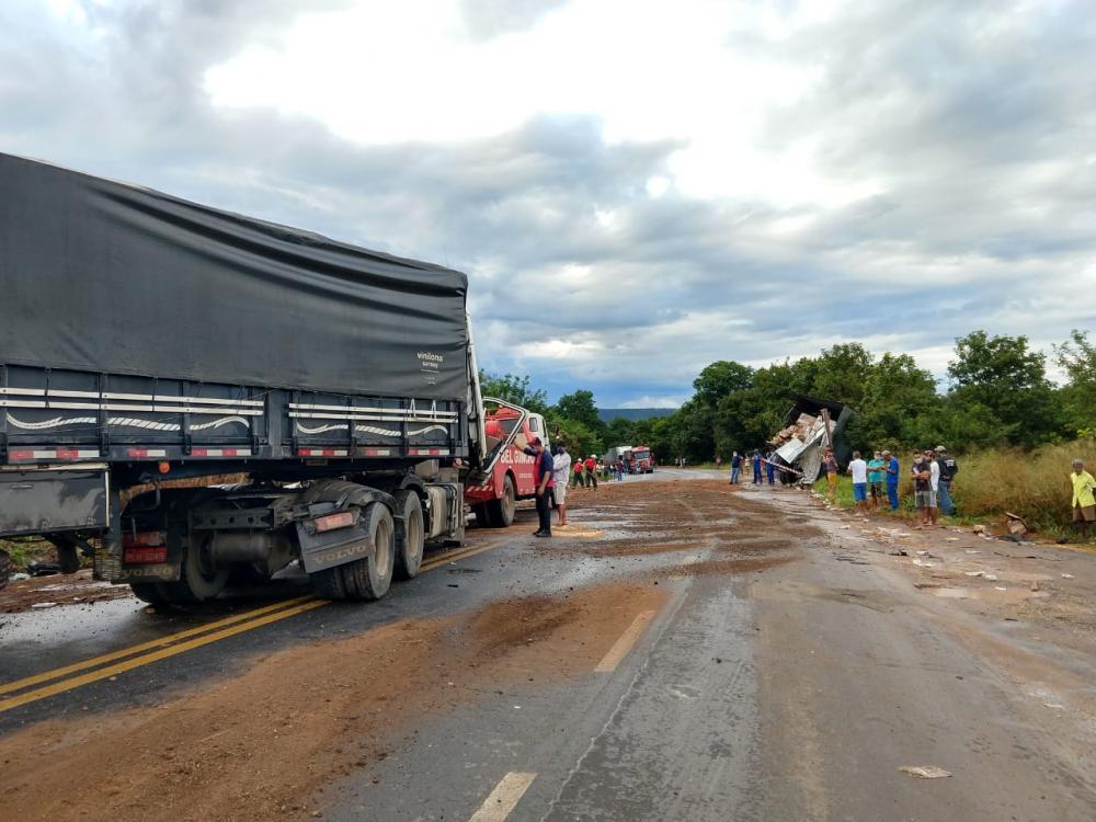 Equipes do 17ºGBM trabalham para conter derramamento de óleo vegetal provocado durante acidente