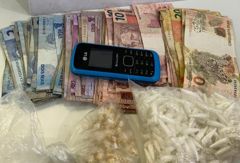 Dinheiro e drogas apreendidos pela PM após perseguição