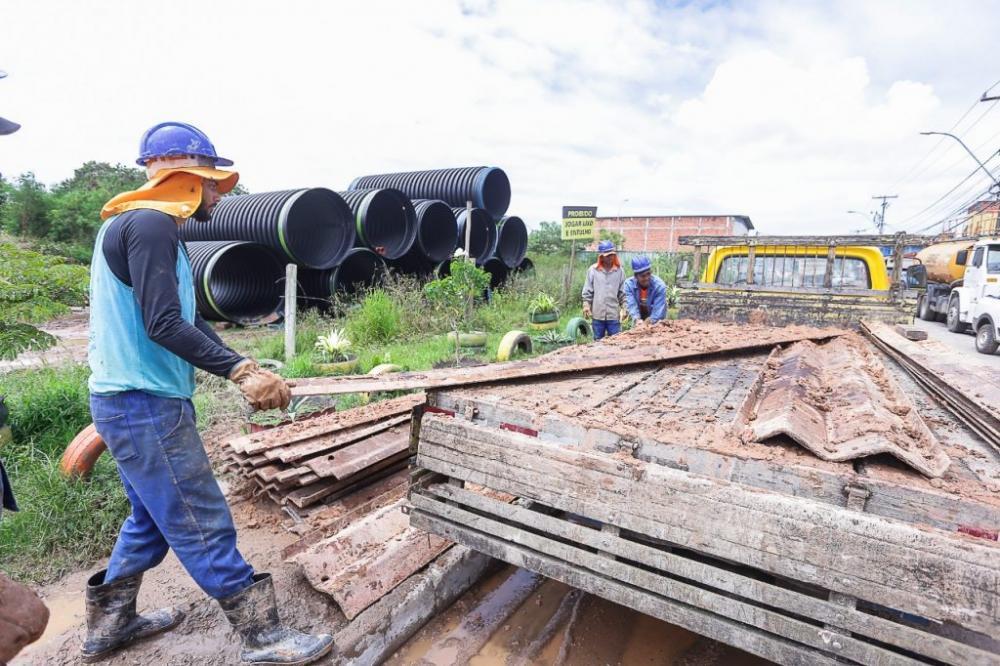 Obras de drenagem são realizadas na travessa Jorge Amado