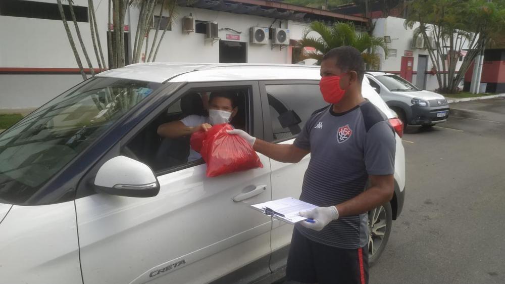 Vitória distribui kits para treinamento online aos seus atletas